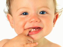 Как облегчить прорезывание зубов у детей народными средствами
